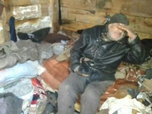 Oudere man in zijn huisje